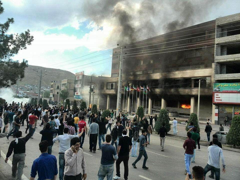 Protesters in front of Tara Hotel in Muhabat. Rudaw photo.