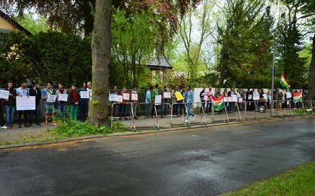 Protesters outside the Iranian Embassy in Berlin. Photo: Enno Lenze