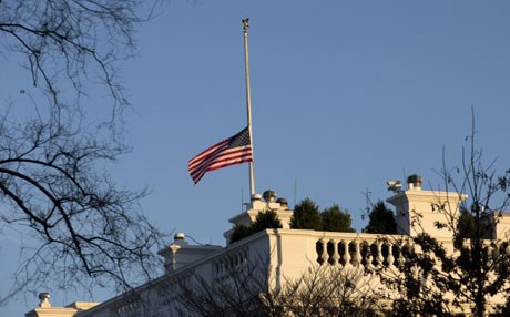 An American flag flies at half-staff over the White House in Washington. Photo : AP