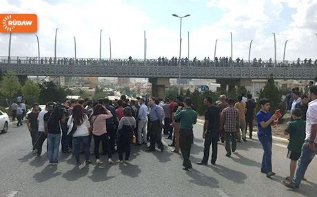 Protesters in Sulaimani gather outside meeting of political parties . Photo: Rudaw.