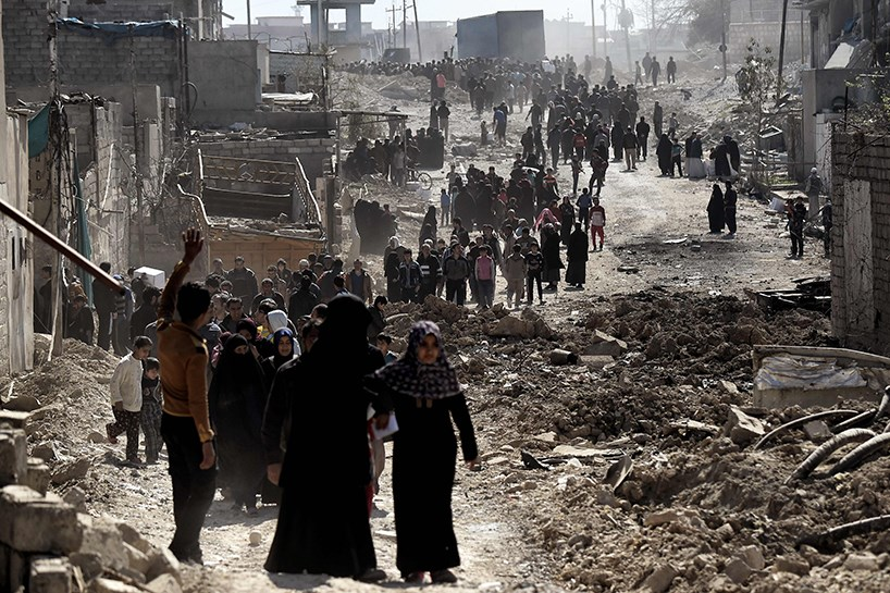 Hundreds of people walk out of western Mosul. Photo: Rudaw