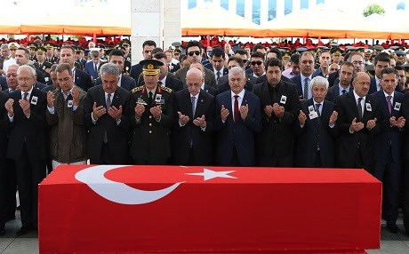 Turkish Prime Minister Binali Yildirim (C) and top Turkish officials attend the funeral of a high ranking military official who was killed along with another 12 Turkish soldiers in a helicopter crash in Sirnak, on June 2, 2017 in Ankara. Photo: AFP / Adem Altan