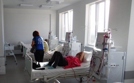 Displaced persons on dialysis are visited by IOM partner NGO in Dnipropetrovsk (Eastern Ukraine). Photo: IOM