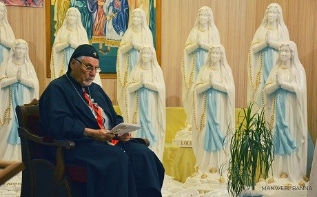 A priest in Ainkawa blesses new statues of the Virgin Mary brought by L'Œuvre d'Orient. Photo: Manweel Banna | L'Œuvre d'Orient