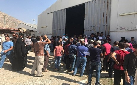 Iraqi displaced people wait to receive aids delivered by the Kurdish government and a charity organization  on September 28, 2017. Photo: Rudaw/Bakhtiyar Qadir