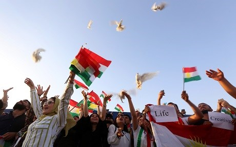 Kurdish people release doves during in a peaceful demonstration at Erbil International Airprt after the Iraqi central government ordered the indefinite halt to all foreign flights to and from Iraqi Kurdistan on September 29, 2017. Photo: AFP / Safin Hamed