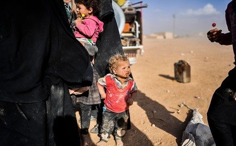 Syrians displaced from the city of Deir ez Zor gather on the outskirts of Raqa on October 2, 2017. US-backed Syrian Democratic Forces are fighting against the ISIS group in both Raqqa and Deir ez Zor: Photo AFP/ Bulent Kilic