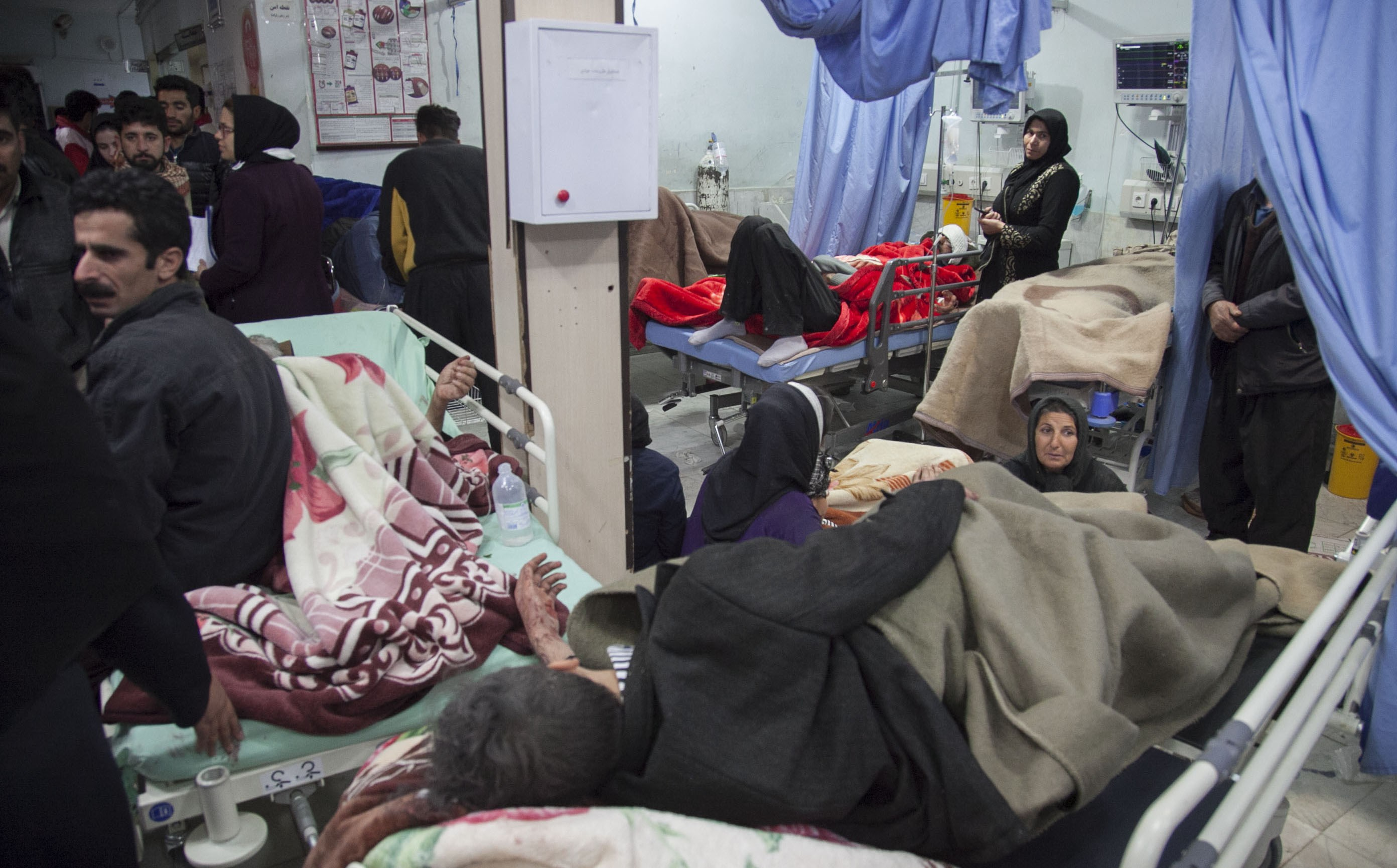 Victims are treated in hospital in Sarpol Zahab. Photo: AFP
