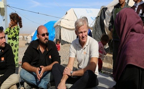 NRC's Secretary General Jan Egeland in Hammam Al Alil camp outside Mosul, Iraq, where he met displaced families © Alan Ayoubi/NRC