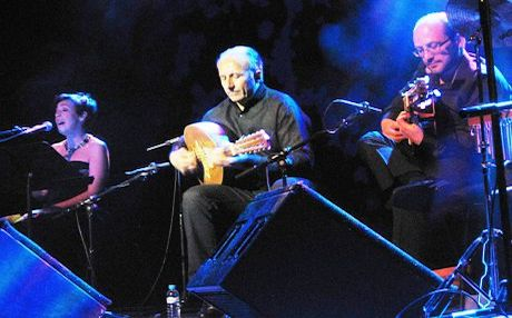 Gani Mirzo (center) performing with his band at the concert in Barcelona. Photo by Alexandra Di Stefano Pironti